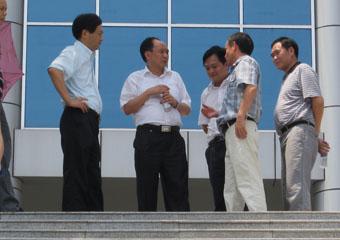 省科技厅吴处长与市科技局苏局长一行参观建土地